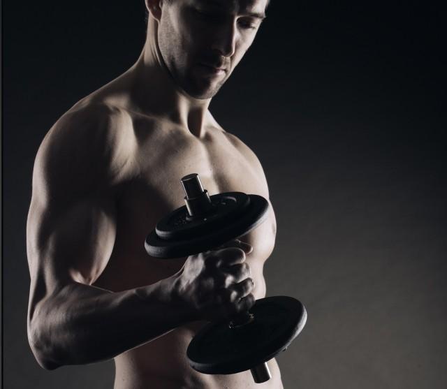 Упражнения для накачивания трапеций в тренажерном зале