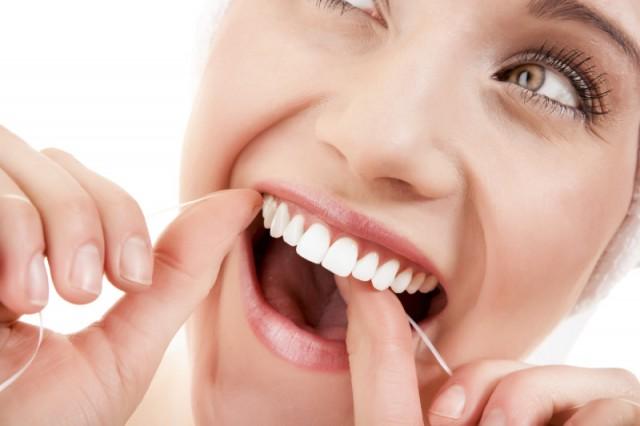 kak-pravilno-polzovatsya-zubnoy-nitiu